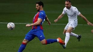 Pedro Bigas golpea la pelota ante la oposición de un jugador del...