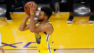 Stephen Curry, jugador de los Golden State Warriors, durante un...