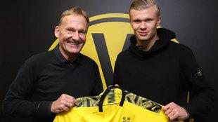 Hans-Joachim Watzke y Erling Haaland, durante la presentación del...