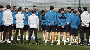 Marcelino se dirige a sus jugadores antes de comenzar el...