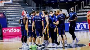 Los jugadores del MoraBanc Andorra hacen una piña en una imagen de...