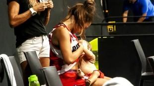 Antonella González, dándole el pecho a su hija en el banquillo...