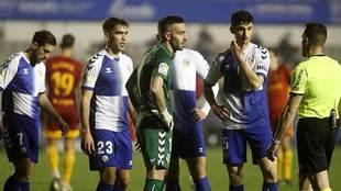 Mackay, en el centro de la imagen durante el partido ante el Zaragoza