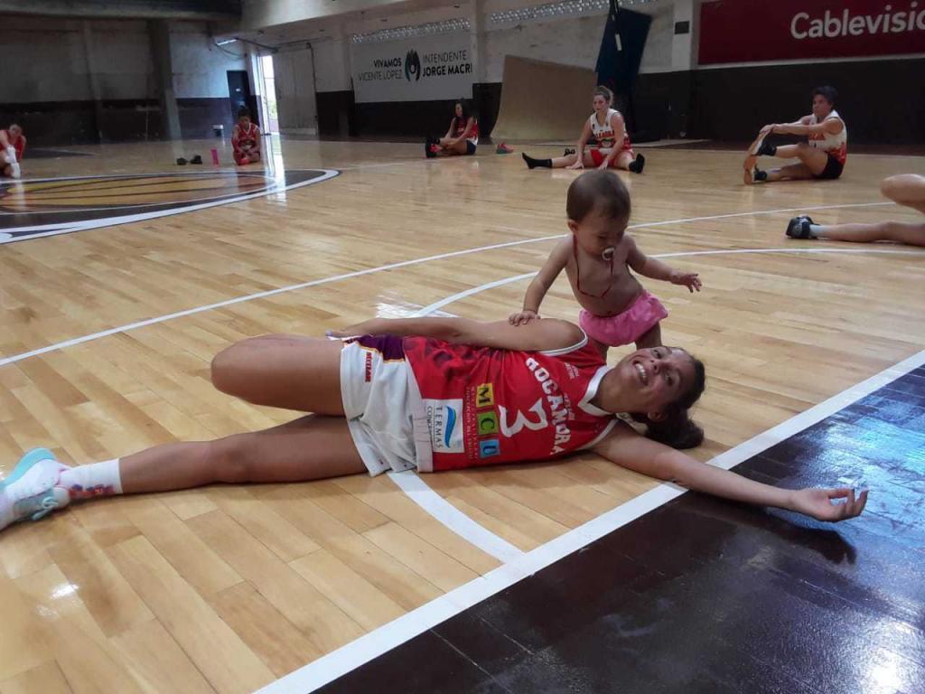 Antonella González, jugando con su niña sobre el parquet al final del partido.
