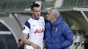Mourinho, entrenador del Tottenham, con Gareth Bale.