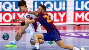 Aleix Gómez disputa un balón con Minotskyi