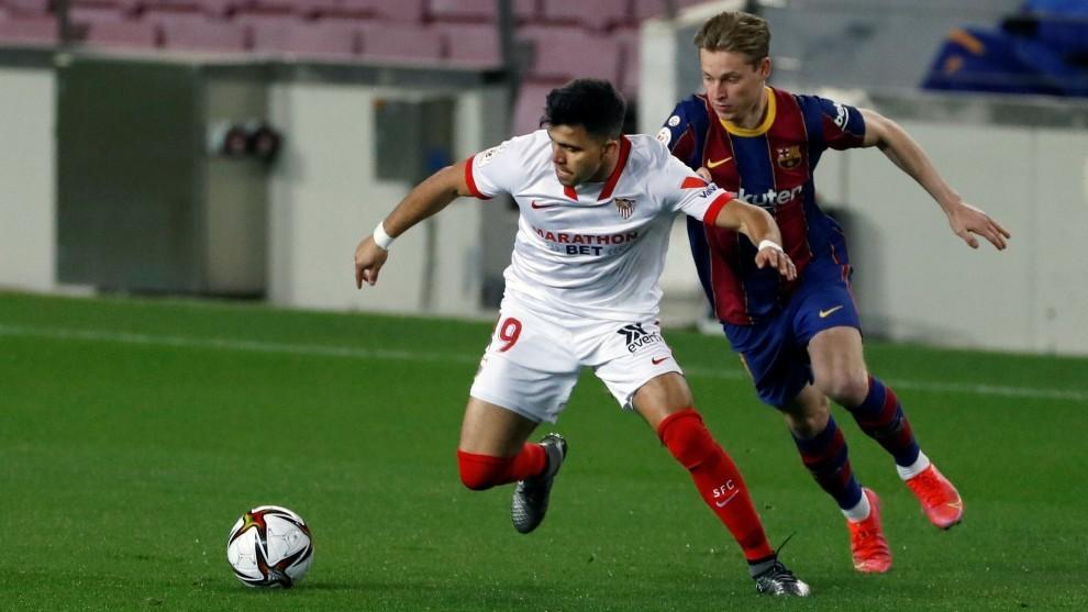 Acuña corre presionado por De Jong.