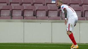 Aleix Vidal (31) se lleva la mano a la parte posterior del muslo...