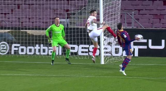 """""""No es penalti, el balón da en la mano de Lenglet pero toca antes en su pecho"""""""