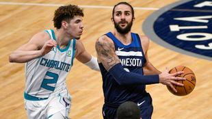 Ricky Rubio, de los Timberwolves, intenta anotar ante la defensa de...
