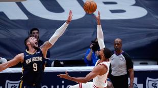 Willy Hernangómez, de los Pelicans, intenta taponar el lanzamiento de...