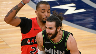 Ricky Rubio, de los Minnesota Timberwolves, intenta superar a Norman...