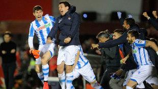 Oyarzabal y otros jugadores de la Real saltan de alegría al conseguir...