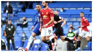 Bruno Fernandes conduce el balón ante Ziyech, del Chelsea.