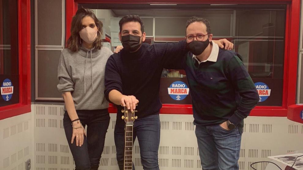 Fran Perea durante su visita a Radio MARCA con Sara Carbonero y...