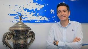 David Villasuso posa en la sede del club coruñés