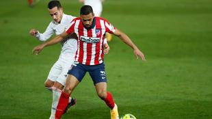 Lucas Vázquez pugan un balón con Lodi en el RealMadrid-Atlético de...