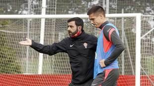 David Gallego da indicaciones a Djurdjevic durante un entrenamiento en...