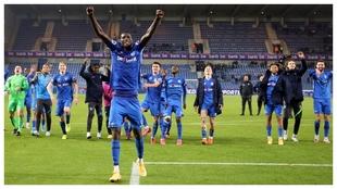 Paul Onuachu celebra la victoria del Genk sobre el Charleroi.