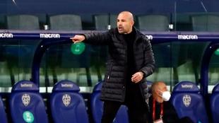Paco López, entrenador del Levante durante el partido ante el...