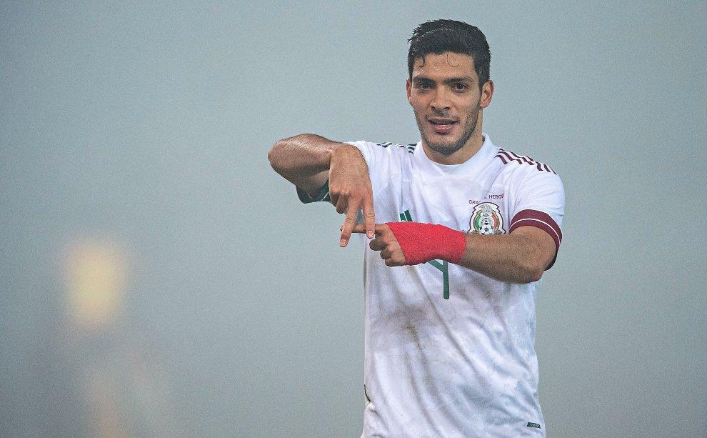 Raúl Jiménez tras marcar un gol con la selección mexicana.