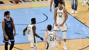 Giannis Antetokounmpo celebra una canasta de los Bucks.