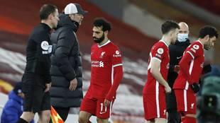 Mohamed Salah pasa junto a Klopp tras ser sustituido el jueves.