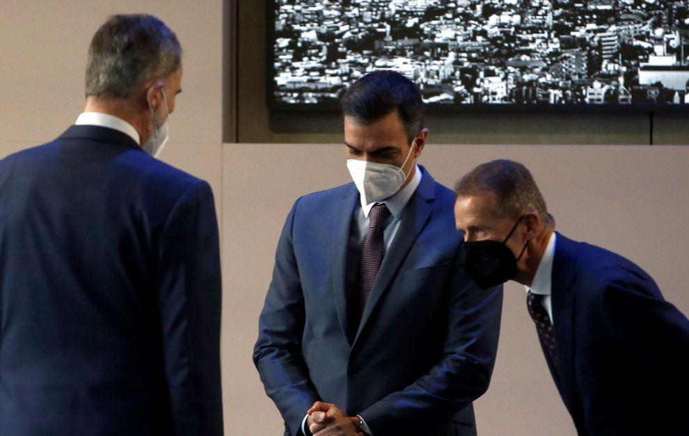 Herbert Diess (izquierda), junto al presidente del Gobierno, Pedro Sánchez, y al Rey Felipe VI.