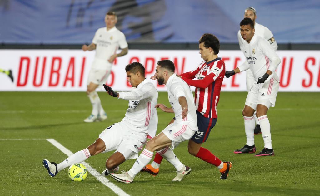 Joao Félix intenta rematar ante Varane y Carvajal.