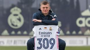 Kroos posa con la camiseta conmemorativa de su último récord