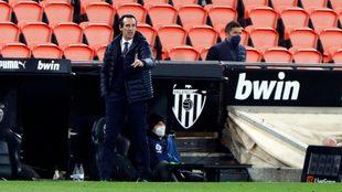 Unai Emery da instrucciones en Mestalla.