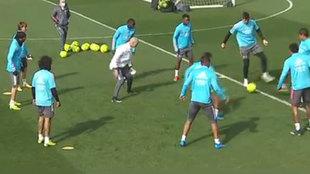 Zinedine Zidane, en el rondo con sus jugadores