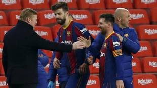 Koeman, Piqué, Messi y Schreuder tras la remontada al Sevilla.