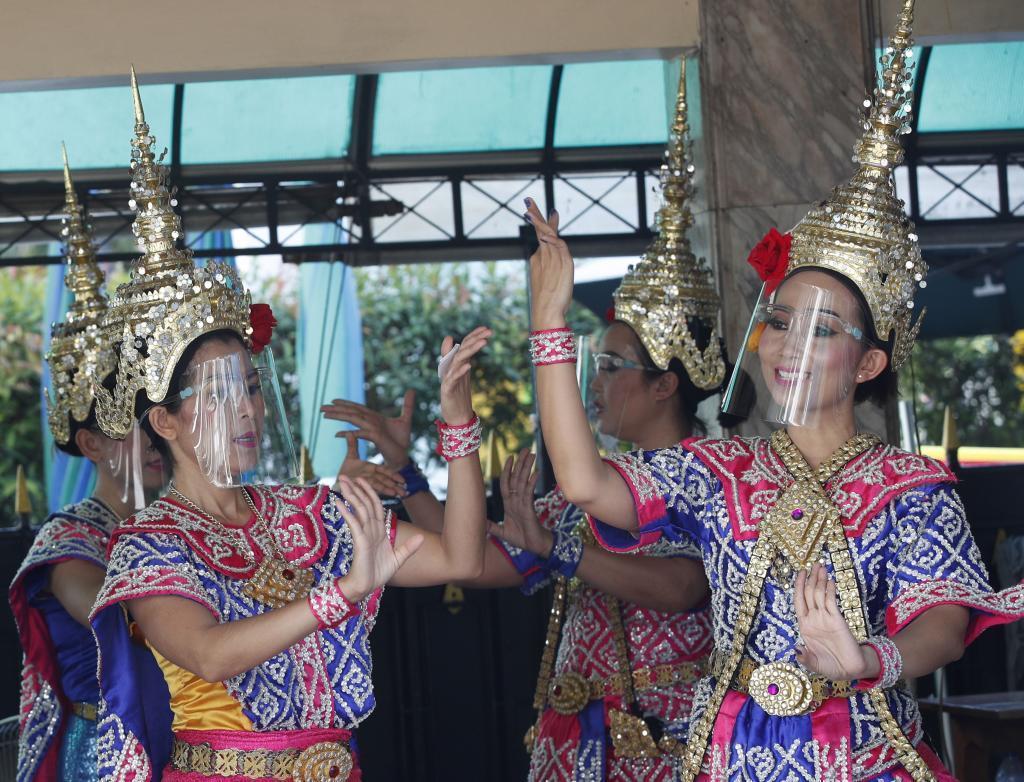 Intérpretes de danzas tradicionales tailandesas, protegidas contra el coroanvirus. El país quiere volver a atraer turismo (EFE)