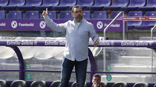 Sergio da instrucciones a sus jugadores.