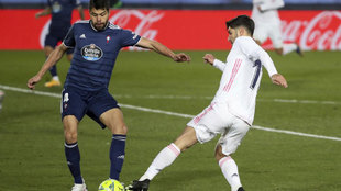 Araújo disputa un balón con Asensio.