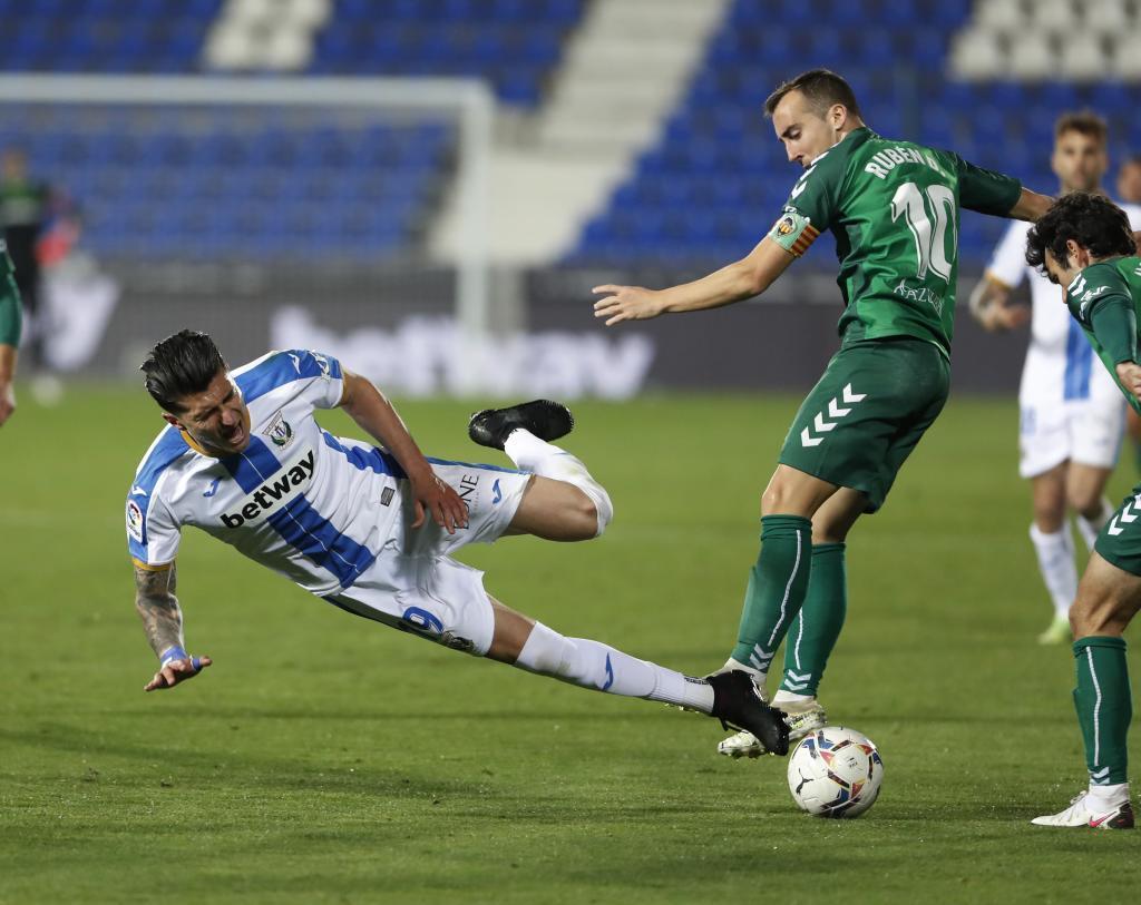 Luis Perea cae al suelo ante Rubén Díez en una acción del partido...