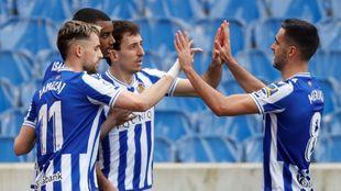 Januzaj, Isak, Oyarzabal y Merino celebran un gol en Anoeta.