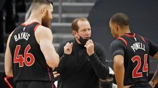 El entrenador Nick Nurse dialoga con Baynes y Powell.