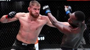 Jan Blachowicz acaba con Adesanya y retiene título semicompleto de UFC