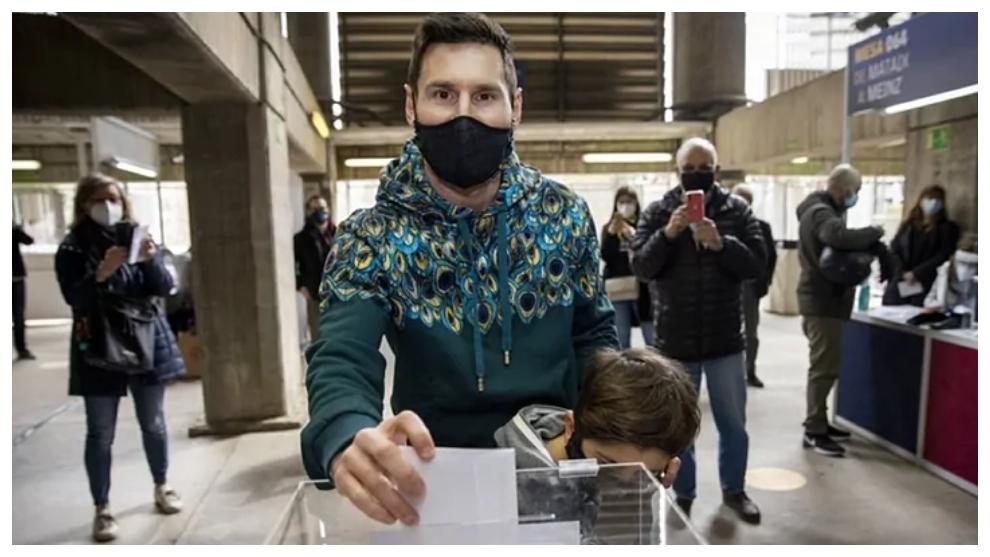 Messi, en el momento de votar junto a su hijo Thiago.