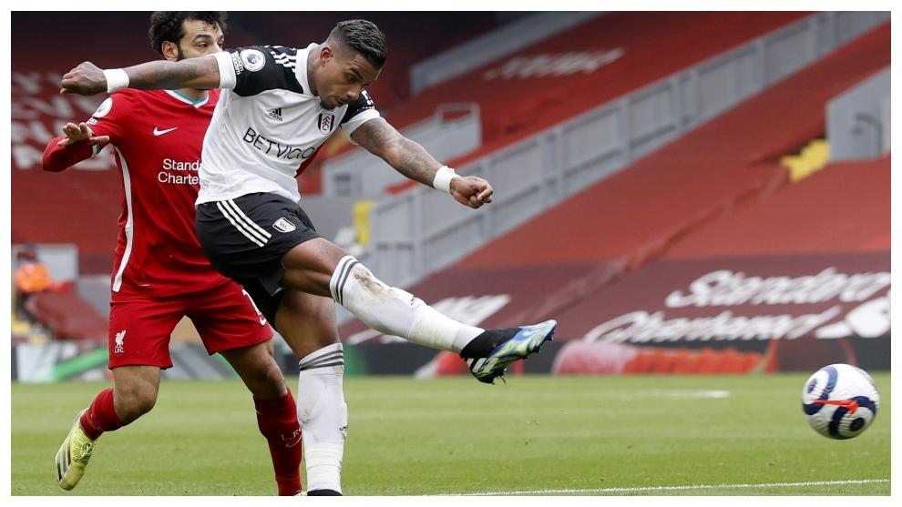 Mario Lemina marca contra el Liverpool.