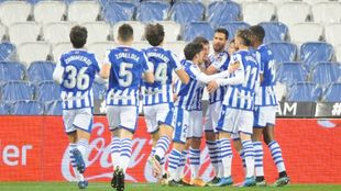 Mikel Merino es felicitado por sus compañeros, tras su gol al...