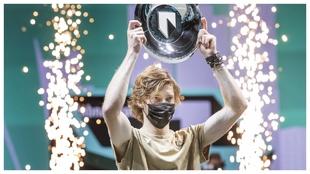 Rublev, con el trofeo de campeón de Rotterdam