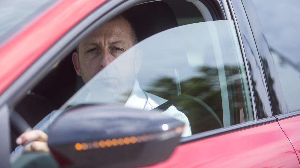 Un conductor activa el intermitente y mira por el retrovisor antes de realizar una maniobra.
