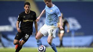 Fornals presiona a De Bruyne durante el City-West Ham.