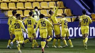 Xisco Jiménez celebra con sus compañeros el gol más emotivo de su...