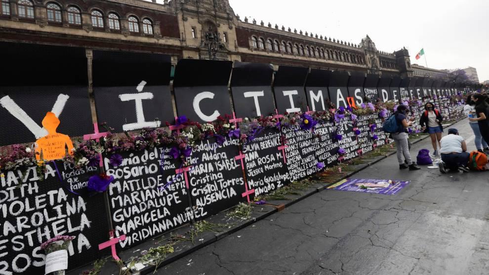 Memorial de víctimas de feminicidio en las vallas de protección del Palacio Nacional   Reuters