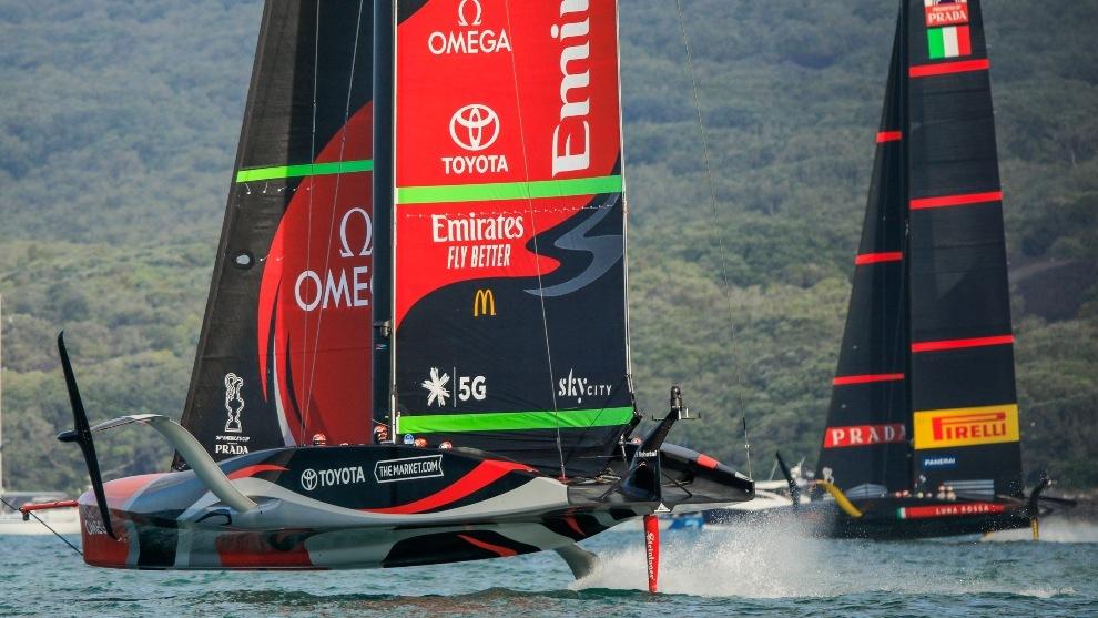 Emirates Team New Zealand y Luna Rossa, en aguas de Auckland.