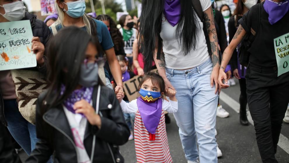 Una niña acompaña a su mamá en el #8M en Colombia   Reuters